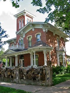 Victorian Home - Porter House Museum, Italianate house with tower, Decorah, Iowa Victorian Architecture, Architecture Old, Historical Architecture, Old Victorian Homes, Victorian Houses, Vintage Homes, Victorian Ladies, Victorian Era, Abandoned Houses