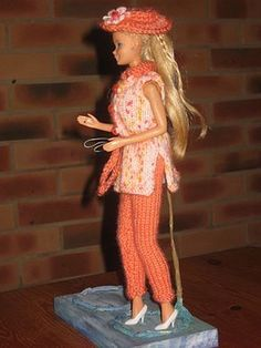 Bonjour à tous et à toutes, Voilà encore une petite tenue un peu chic pour notre barbie, c'est vrai qu'elle en manquait !!! donc elle a fait les boutiques et s'est offert un joli pantalon accompagné de sa tunique et de son chapeau assorti bien sur !!...