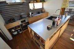 宙に浮いたようなステンレスカウンターのあるナラのキッチン。リネアタラーラキッチなングランプリ2017 グランプリ受賞しました! 天板:ステンレスバイブレーション仕上げ、本体:ナラ板目突板横目練り付け・ウレタンクリア艶消し仕上げ、水栓器具:KAKUDAI、ガスコンロ:リンナイDERICIAグリレ、 Cozy Kitchen, Wooden Kitchen, Kitchen Dining, Japanese Kitchen, Japanese House, Cafe Interior, Kitchen Interior, Cafe Design, House Design