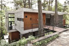 Located on a dense hillside forest in the Santa Rosalía area of Guatemala City, Corallo House integrates the existing forest into the layout of the house.