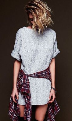 Sueter tejido con una camisa de tipo leñador amarrada en la cintura