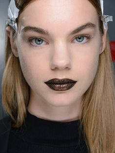 Bronzefarbene Metallic Lippen auf der MBFWNY während der DKNY Show