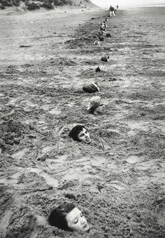 Keith Arnatt  Liverpool Beach Burial, 1968, Estate of Keith Arnatt, London, Foto: courtesy Maureen Paley, London and The Estate of Keith Arnatt  Land Art exhibtion Munich