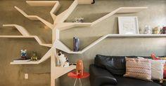 Sala de estar com prateleira criativa