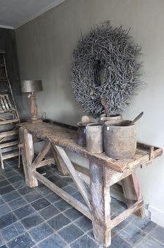 Oude werkbank wordt robuuste en landelijke sidetable. De oude potten staan prachtig stoer bij het verweerde hout.   Meer inspiratie is te vinden bij stylingandlivingshop