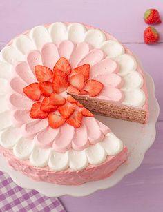 Die Tupfentorte mit Erdbeeren lockt durch die Früchte der Saison alle Genießer, die kalorienarme Zubereitung überzeugt selbst die letzten Skeptiker