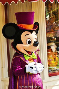A great photo of Mickey at his Disney Halloween Best. Walt Disney, Downtown Disney, Disney Mickey Mouse, Disney Love, Disney Magic, Disney Parks, Minnie Mouse, Halloween Time At Disneyland, Disney Halloween
