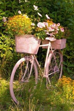 67 Flower Planters from Old Bicycle for Garden - Balcony Decoration Ideas in Every Unique Detail Bicycle Decor, Old Bicycle, Old Bikes, Bicycle Art, Bicycle Design, Dream Garden, Garden Art, Garden Design, Garden Ideas