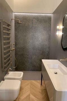 Illuminazione bagno con elemento luminoso lineare sopra la doccia e una coppia di applique a due luci ai lati dello specchio. Room Lights, Applique, Bathtub, Interior Design, Bathroom, Lighting, Wall, Furniture, Home