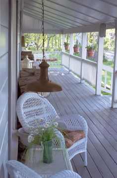 Contemporaine et classique, cette suspension est composée d'un abat-jour en métal marron et d'une bulle de verre qui diffuse une lumière claire non éblouissante. Ce luminaire conçu pour l'extérieur apporte un éclairage accueillant et sympathique pour les balcons, terrasses, vérandas, pergolas, … Furniture, Outdoor Decor, Home Appliances, Hanging Chair, Floor Fan, Outdoor Tables, Outdoor Furniture, Home Decor, Exterior