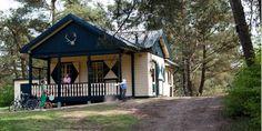 Middenin het dennen- en loofbos bij Eerbeek vind je Landal Coldenhove. Naast de reguliere vakantiehuisjes staat hier ook een heel bijzondere accommodatie. Een echt boswachtershuis! Aan de rand van het park, boven op een heuvel. #origineelovernachten #officieelorigineel #reizen #origineel #overnachten #slapen #vakantie #opreis #travel #uniek #bijzonder #slapen #hotel #bedandbreakfast #hostel #camping #kids