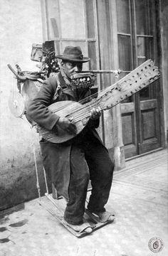 Arreglándose para ir a trabajar. Bajos de Palermo, año 1932. Documento Fotográfico. Inventario 73894
