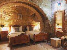 rusztikus hálószobák Mediterrán lakások inspiráló képei, ötletek lakberendezéshez, felújításhoz California Ranch, Bed, Modern, Furniture, Home Decor, Farm Cottage, Cottage Chic, Homemade Home Decor, Stream Bed