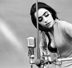 PJ Harvey: raw, bluesy, enigmatic and beautiful music (includes full concert video)