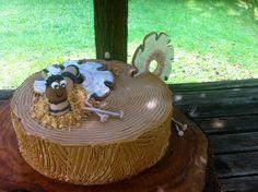 Baumstamm mit Holzwurm-Torte