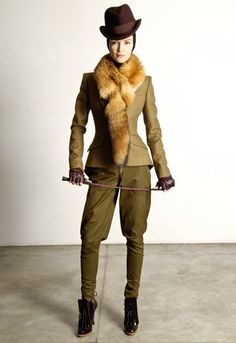 Alexander McQueen's pre-fall 2009 collection hunting suit with fur collar Horse Riding Jackets, Hunting Suit, Androgynous Women, 19th Century Fashion, Unique Fashion, Suits For Women, Fashion News, Alexander Mcqueen, Menswear