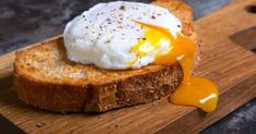 Save time and cleanup by cooking your eggs in the microwave in a mug. Here& how to make scrambled eggs, poached eggs and huevos rancheros. How To Make A Poached Egg, Perfect Poached Eggs, Perfect Eggs, How To Cook Eggs, Healthy Breakfast For Weight Loss, Healthy Recipes For Weight Loss, Best Weight Loss Foods, Eating Healthy, Good Brain Food