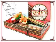 kit para cozinha composta de bandeja e relógio de parede em MDF com o tema cestaria e pimentas, feito com técnicas de stencil e decoupage.