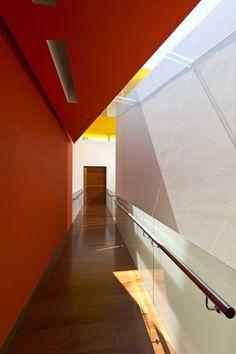 TOP TEN Obras Iberoamericanas. Casa RC Lassala+Orozco Arquitectos  #interiorismo.Colorido #barragan #pasillo