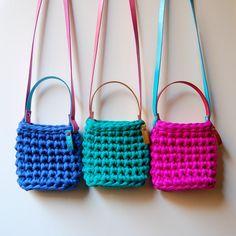 Bolso para niñas, tipo bandolera. Tejida a crochet con trapillo. Varios colores disponibles. Dimensiones aproximadas: 12x12 cm. Materiales: Trapill...