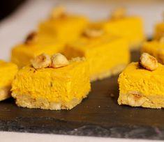 On Dine chez Nanou: Cheesecake au potimarron et aux noisettes pour l'apéritif Cheesecakes, Cornbread, Pudding, Ethnic Recipes, Sweet, Desserts, Food, Portion, Halloween