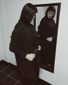 Look todo de negro con pantalón tiro alto y una larga chaqueta! Foto en el espejo.  #longcardigan #alternative #styleblogger #styleblog  #ootd #lookbook #black #dark  #inspiración #goth #blacklook #totalblack #mirror #fashioninspiration