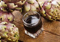 Scopriamo insieme come realizzare in casa il liquore ai carciofi, ideale da servire a tavola dopo un ricco pranzo come digestivo.