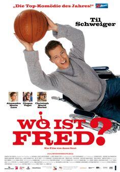 Wo ist Fred? Mann tarnt sich im Rollstuhl um an einen signierten Ball von einem Profispieler zu bekommen. Damit wird er mit den Schwierigkeiten eines Rollstuhls konfrontiert. Sehr witzig und humorvoll.