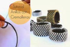 Very easy and super fashion. Zipper Bracelet, Zipper Jewelry, Fabric Jewelry, Tutorial Anillo, Ring Tutorial, Beaded Rings, Beaded Jewelry, Jewellery, Diy Zipper Crafts