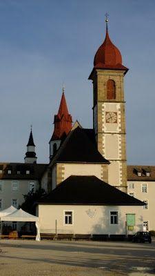 Vista della chiesa e del campanile del monastero di Pietralba, Alto-Adige Südtirol