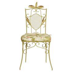 Cadeira Wheat Essence fabricada em ferro com almofada. Com inspiração clássica, a peça ganha destaque visual por conta de suas linhas ornamentadas e folhas em alto relevo