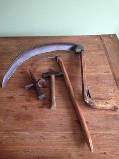 De zeecht en de pik um korre te maaien......en nen haarhammer met haarpin um de zeecht te scherpen