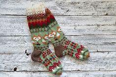 Utajärveläinen Pirjo Huovisen, 35, kettusukat äänestettiin ET:n syksyn villasukkakilpailussa yleisön suosikeiksi. Katso sukkien ohjeet artikkelin... Knitting Charts, Knitting Socks, Knitting Patterns, Crochet Mitts, Knit Or Crochet, Knitting Designs, Knitting Projects, Woolen Socks, Fingerless Mitts