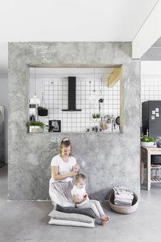20Kevyt seinämä erottaa keittiön muusta oleskelutilasta. Seinä näyttää betonilta, mutta on Laurin levystä rakentama hyvä hämäys. Elinan kanssa kuvassa on perheen kuopus Magdalena.