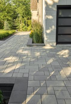 Looking for beautiful, polished and practical pavers? Techo-Bloc's Blu 80 Smooth pavers instantly add character to your landscape or driveway. Modern Driveway, Modern Front Yard, Driveway Design, Front Driveway Ideas, Front House Landscaping, Driveway Landscaping, Modern Landscaping, Driveway Pavers, Paver Walkway