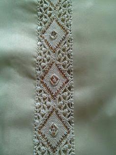 محترفات الراندا والخياطة المغربية: عندما يتشابه الكل نحن نتميز.ابداعات الصانعة المغربية في الرندة Kaftan Abaya, Caftan Dress, Moroccan Caftan, Moroccan Style, Decorative Borders, Indian Embroidery, Cut Work, Mustard Yellow, Hijab Fashion