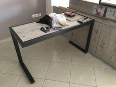 Μεταλλικό γραφείο με ξύλο.
