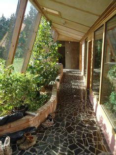 Earthship home - Combo hallway and greenhouse, growing your own veggies and fruit stays around 70 degrees year round Small House Swoon, Earthship Home, Earthship Design, Casas Containers, Earth Homes, Natural Building, Green Building, Exterior, Backyard