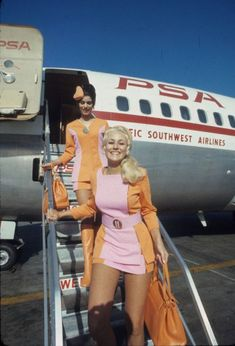 During the Pacific Southwest Airlines (PSA) was known for brightly colored female flight attendant uniforms that included short miniskirts. In the early the uniform changed to Photo shows PSA flight attendants in Retro Airline, Vintage Airline, Vintage Travel, Vintage Cabin, Southwest Airlines Flight Attendant, Airline Uniforms, Actrices Sexy, Bohemian Mode, Airline Flights