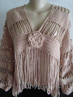 Um bolero composto de tiras e franjas em crochê. Pode ser feito em qualquer cor. Feito em linha 100% algodão. Não acompanha o broche de cristal , acompanha o broche em formato de flor. R$ 240,00