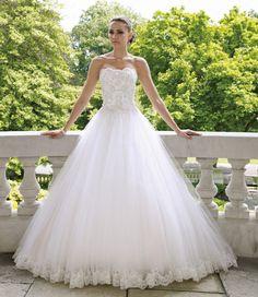 Supermooie handgemaakte bruidsjurk in de ballroom sisi prinsessen style van de voorkant gezien. De jurk heeft mooie plooien en een prachtig lijfje.  Te bestellen in alle maten voor maar € 800,-.  Neem contact met me op voor meer informatie. Ik ga graag voor je aan de slag!