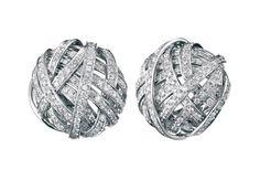 Diamants éternels: Damiani boucles doreilles Chignon http://www.vogue.fr/joaillerie/shopping/diaporama/diamants-eternels-festival-de-cannes-2013-boucles-d-oreilles/13194/image/753232#!diamants-eternels-damiani-boucles-d-039-oreilles-chignon