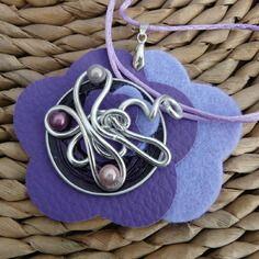 Pendentif fleur cuir feutrine fil aluminium parme violet Pendentif Fleur,  Parme, Feutrine, Cuir a5bc534864f