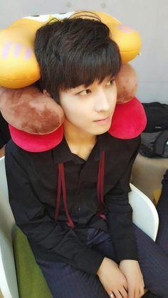 i love your videos, pls notice me :) ❞ - jeon wonwoo ❝ +jwonwoo let's chat sometime :) ❞ - kim mingyu [how one comment on one vide. Woozi, Mingyu Wonwoo, Seungkwan, Seventeen Hip Hop Unit, Seventeen Debut, Astro Sanha, Day6 Sungjin, Vernon Chwe, Choi Hansol