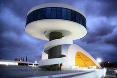 Centro Cultural Niemeyer de Avilés en Asturias al anochecer