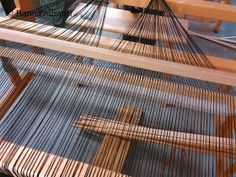 Hanna hurahti: Loimen laitto kangaspuihin Weaving, Wood, Crafts, Home Decor, Farmhouse Rugs, Fabrics, Sew, Manualidades, Decoration Home