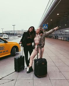 Have you ever been so damn bored at the airport while waiting for a flight? Cute Friend Pictures, Friend Photos, Cute Photos, Bff Pics, Cute Friends, Best Friends, Best Friend Fotos, Angelica Blick, Airport Photos