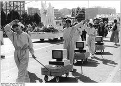 Jugendliche zeigen bei einer Parade 1987 Computer der DDR. #ddrmuseum