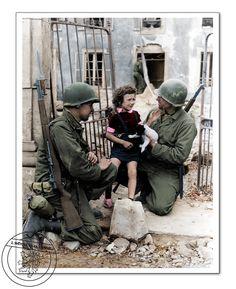 Američtí vojáci utěšují holčičku se štěnětem. 1944. Us soldier comforting little girl with puppy. 1944.