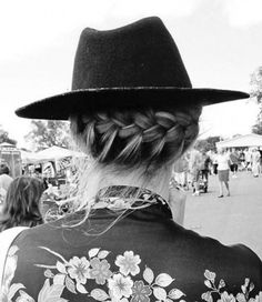 Couronne de tresse boho hairstyle bobo crown braid messy hair with hat Messy Hairstyles, Pretty Hairstyles, Updo Hairstyle, Hairstyles Haircuts, Wedding Hairstyles, Unique Braids, Look Girl, Looks Style, Mode Style